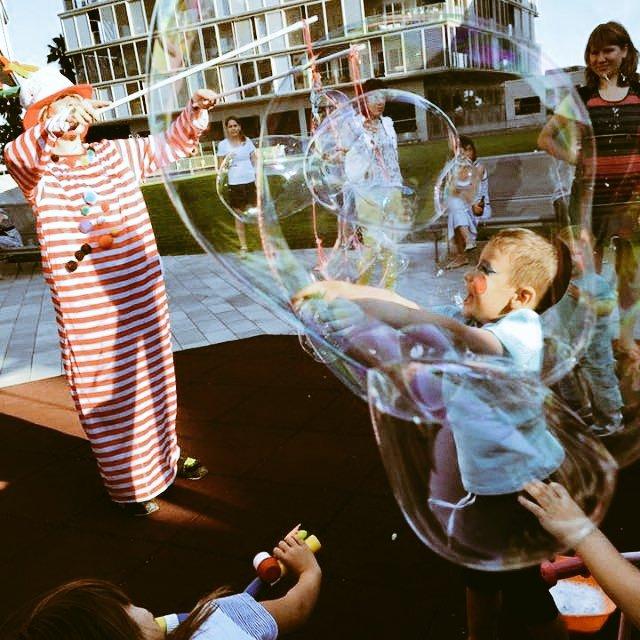 espectáculo con burbujas, bombolles de sabó, animació infantil amb bombolles de sabó, animació amb bombolles, bombolles gegants a barcelona, espectáculos con burbujas, animación infantil con burbujas gigantes, com fer bombolles de sabó gegants, como hacer burbujas de jabón gigantes