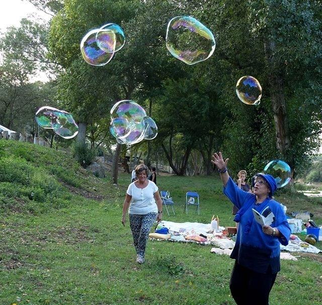 burbujas gigantes barcelona, bombolles gegants barcelona, bombolles per festes infantils, burbujas para fiestas infantiles, animación con burbujas gigantes, animació amb bombolles gegants, taller de bombolles gegants, espectacles amb bombolles, espectacles amb bombolles gegants, espectáculos con burbujas gigantes, talleres de burbujas gigantes, burbujas gigantes barcelona, pompas de jabón, taller de pompas de jabón