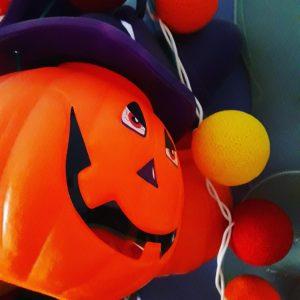 espectacles per la festa de la castanyada, animació per la festa de la castanyada, festejar la castanyada a escoles, animadors per la festa de la castanyada, contractar espectacles per la festa de la castanyada, contractar castanyera, taller de maquillatge halloween, festejar halloween a escoles