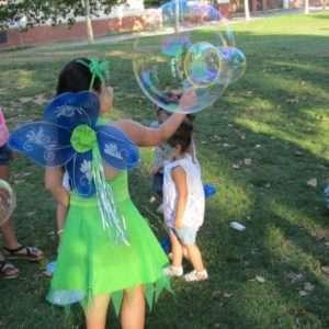 burbujas gigantes barcelona, bombolles gegants barcelona, bombolles per festes infantils, burbujas para fiestas infantiles, animación con burbujas gigantes, animació amb bombolles gegants, taller de bombolles gegants, espectacles amb bombolles, espectacles amb bombolles gegants, espectáculos con burbujas gigantes, talleres de burbujas gigantes, burbujas gigantes barcelona